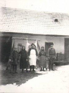 040_tokaji_istvan_es_a_segedkezo_cseledseg_disznovagaskor_1910