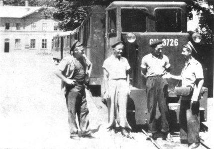 Várakozó kisvasút a vasútállomás előtt - 1950-es évek