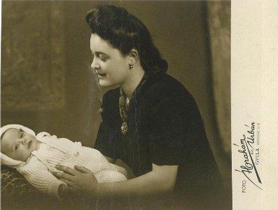 Sz. Ilyés Irén újszülött gyermekével - 1942