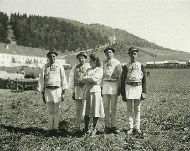 Sz. Ilyés Irén csíksomlyói székelyekkel - 1941