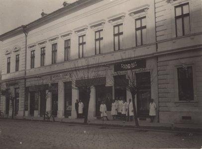 efm_td-81-5-7-halmai-gyula-fodraszmuhelye-1930-as-evek