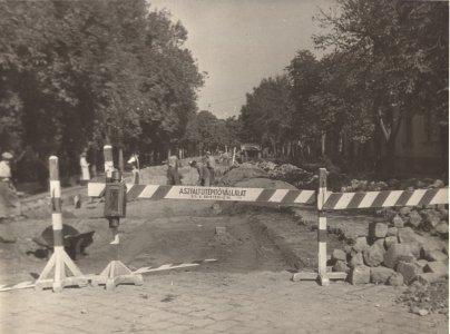 efm_td-83-205-1-1950-es-evek-azfaltozas-a-beke-sgt-on-muv-kozp-elott